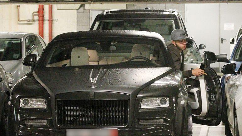 Кажется, дорогие автомобили интересуют Мемфиса ДЕПАЯ больше, чем футбол. Фото mirror.co.uk