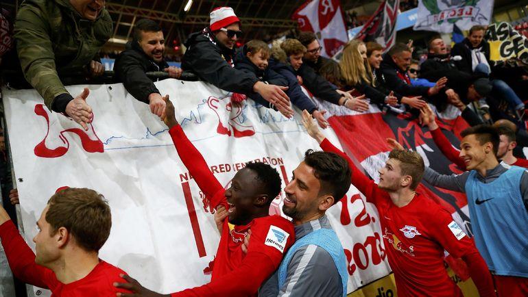 """Игроки """"Лейпцига"""" и болельщики команды. Фото Reuters"""