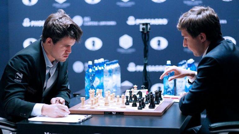 Четверг. Нью-Йорк. Магнус КАРЛСЕН (слева) сравнял счет в противостоянии с Сергеем КАРЯКИНЫМ. Фото FIDE