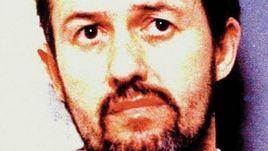 Барри БЕННЕЛЛ - тренер, насиловавший детей в 1980 - 1990-х годах.