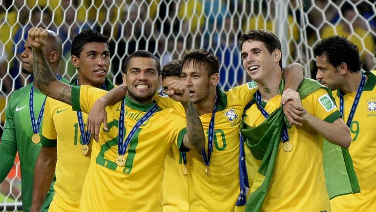 30 июня 2013 года. Рио-де-Жанейро. Бразилия - Испания - 3:0. ПАУЛИНЬЮ, ДАНИЭЛ АЛВЕС, НЕЙМАР, ОСКАР и ФРЕД (слева направо) ликуют - только что они сделали свою сборную пятикратным обладателем Кубка конфедераций. Фото AFP