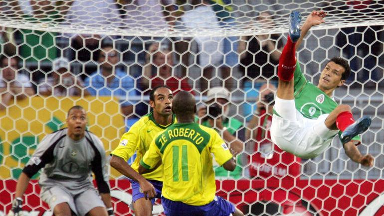Нападающий мексиканцев Харед БОРХЕТТИ (справа) атакует ворота голкипера бразильцев ДИДЫ, рекордсмена турнира - 22 игры. Фото AFP