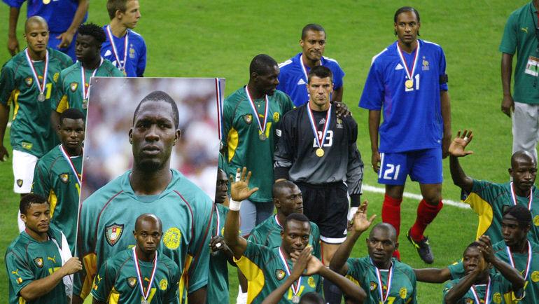 29 июня 2003 года. Сен-Дени. Сборные Франции и Камеруна с портретом Марк-Вивьена Фоэ после финала Кубка конфедераций-2003. Фото AFP