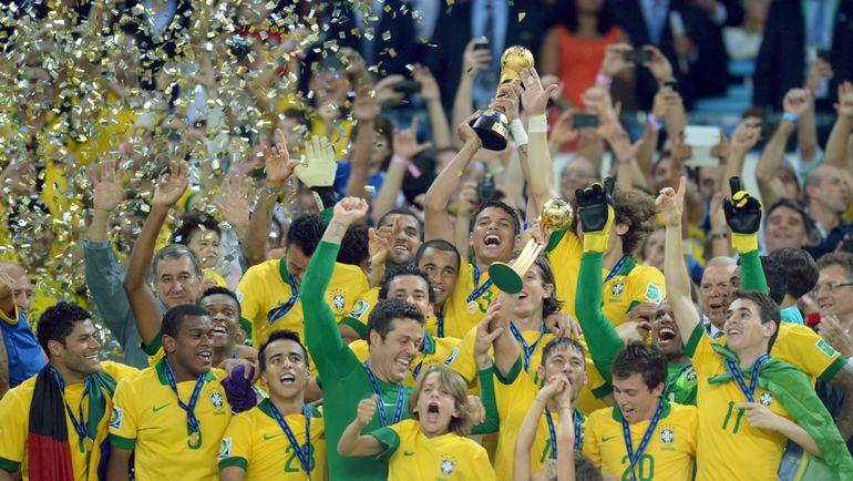 """30 июня 2013 года. Рио-де-Жанейро. Бразильцы празднуют разгром Испании на """"Маракане"""" - 3:0. Фото AFP"""