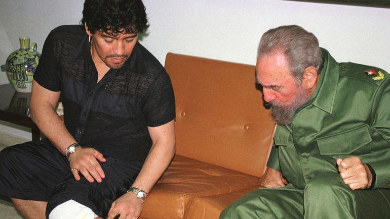 2001 год. Диего МАРАДОНА показывает Фиделю КАСТРО татуировку с его изображением. Фото REUTERS