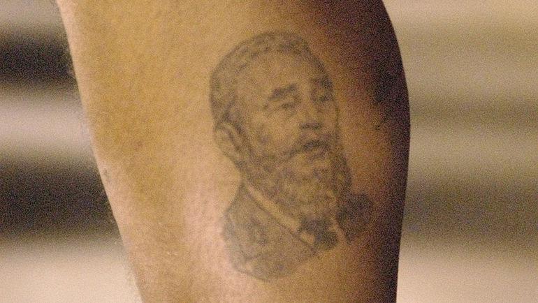 Татуировка с изображением Фиделя Кастро на ноге Диего Марадоны. Фото REUTERS