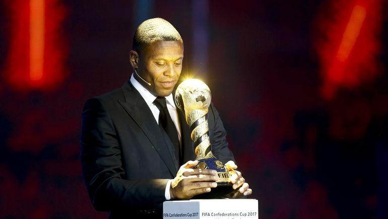 ЖУЛИУ БАПТИСТА с трофеем Кубка конфедераций FIFA. Фото Reuters