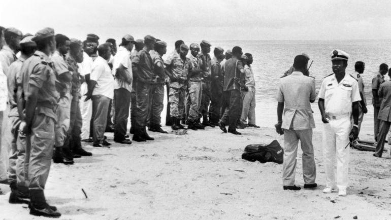 Военные участвовали в спасательных мероприятих после крушения самолета с замбийскими футболистами. Фото AFP