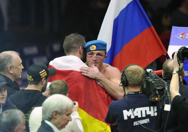 Денис ЛЕБЕДЕВ (справа) и Мурат ГАССИЕВ после боя. Фото Федор УСПЕНСКИЙ, «СЭ»