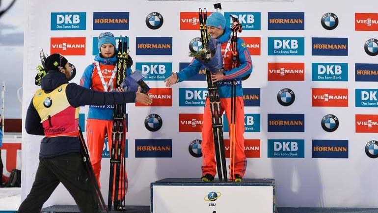 Антон БАБИКОВ (справа) и Максим ЦВЕТКОВ (в центре) принимают поздравления Мартена ФУРКАДА. Фото AFP