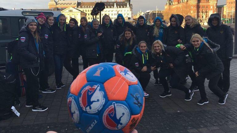 Командное фото обновленной сборной России перед стартом чемпионата Европы. Фото Федерация гандбола России.