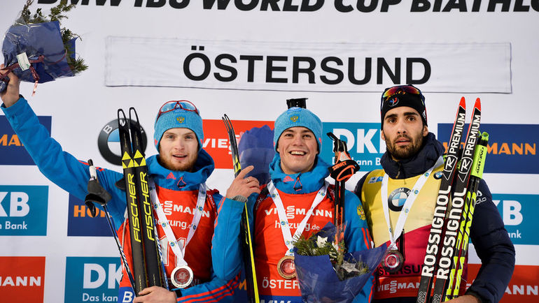 Слева направо: Максим ЦВЕТКОВ, Антон БАБИКОВ и Мартен ФУРКАД на пьедестале после гонки преследования. Фото Reuters
