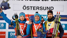 Слева направо: Максим ЦВЕТКОВ, Антон БАБИКОВ и Мартен ФУРКАД на пьедестале после гонки преследования.
