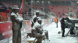 "Сегодня. Москва. Сотрудники ""Открытия Арены"" чистят стадион от снега."