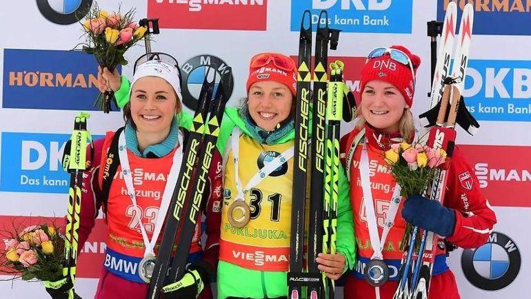 Победительница спринта в Поклюке Лаура ДАЛЬМАЙЕР (в центре), Жюстин БРЕЗА (слева) и Марта ОЛЬСБУ. Фото biathlonworld.com