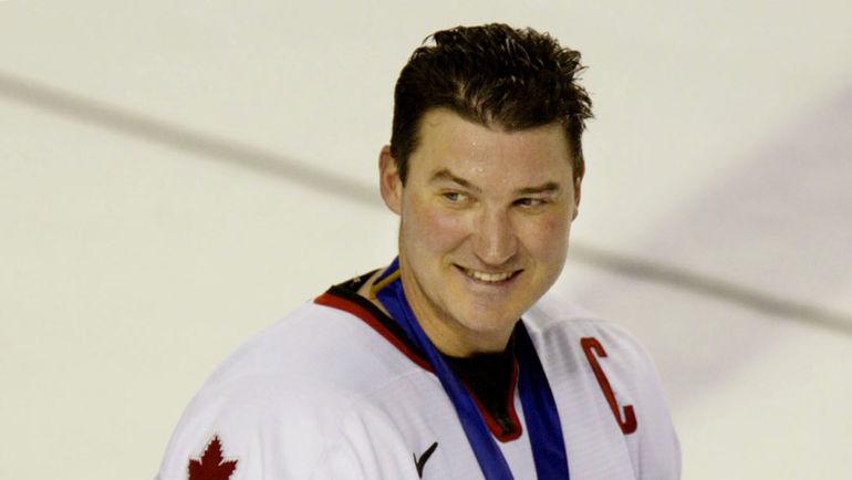 2002 год. Сол-Лейк-Сити. Капитан сборной Канады Марио ЛЕМЬЕ с золотой медалью. Фото REUTERS