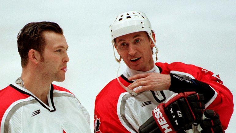 1998 год. Нагано. Уэйн ГРЕТЦКИ (справа) и Мартин БРОДЕР. Фото REUTERS