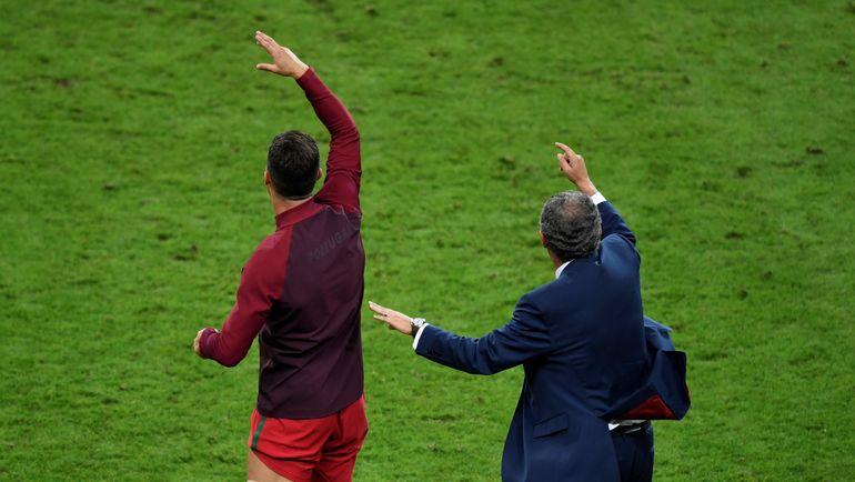 Вот так КРИШТИАНУ РОНАЛДУ рядом с ФЕРНАНДУ САНТУШЕМ руководил сборной Португалии после травмы в финале Euro-2016. Фото AFP