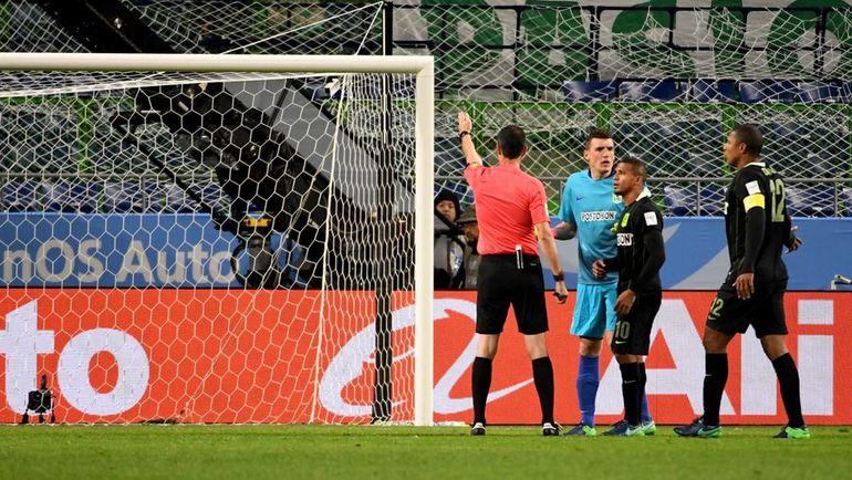 ..и принимает решение назначить пенальти. Фото AFP