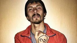 Андрей ДМИТРИЕВ с рисунком на руке, который символизирует честную борьбу в легкой атлетике.