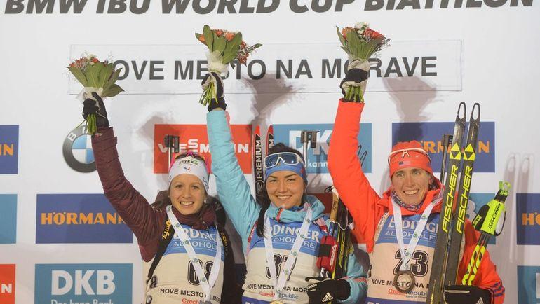 Вчера. Нове-Место. Татьяна АКИМОВА (в центре) выиграла спринт, Анаис ШЕВАЛЬЕ (слева) стала второй, а Сьюзен ДАНКЛИ - третьей. Фото AFP