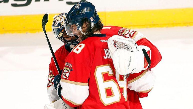 """Вторник. Санрайз. """"Флорида"""" - """"Баффало"""" - 4:3 Б. Роберт ЛУОНГО поздравляет Яромира ЯГРА. Фото NHL.com"""