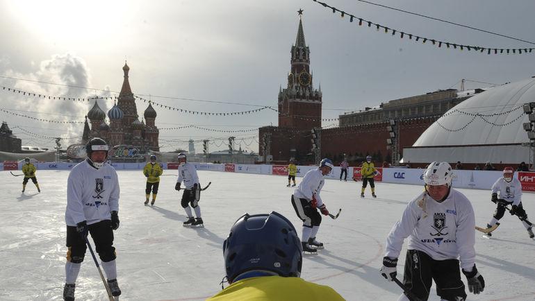 """Хоккей с мячом на Красной площади. Фото Александр ФЕДОРОВ, """"СЭ"""""""