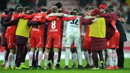 Спартаковцы радуются лидерству в премьер-лиге.