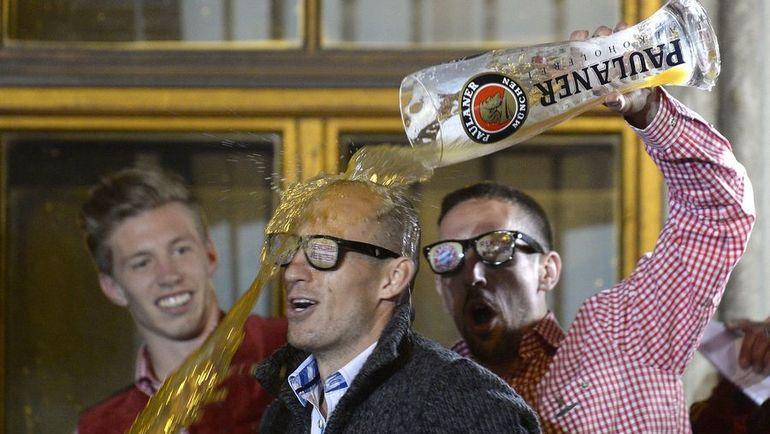 Смогут ли Арьен РОББЕН (слева) и Франк РИБЕРИ вновь устроить пивной душ в 2017 году? Фото AFP