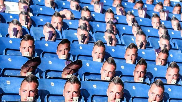 """Болельщики """"Лестера"""", пришедшие на матч с """"Эвертоном"""", увидели на своих креслах маски с лицом Варди. Фото twitter.com"""