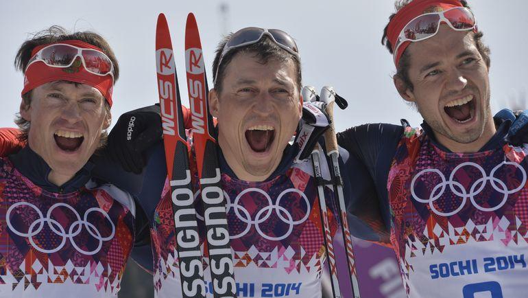 FIS отстранила Александра ЛЕГКОВА (в центре) и Максима ВЫЛЕГЖАНИНА (слева) от соревнований, обвинив их в манипуляциях с допинг-пробами во время Игр в Сочи. Фото AFP