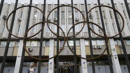 """New York Times в качестве заглавной иллюстрации материала """"Русские больше не оспаривают олимпийские допинговые нарушения"""" выбрало фото офиса ОКР."""