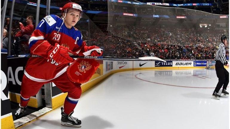 Нападающий и капитан сборной России Кирилл КАПРИЗОВ выводит команду на матч с США. Фото IIHF