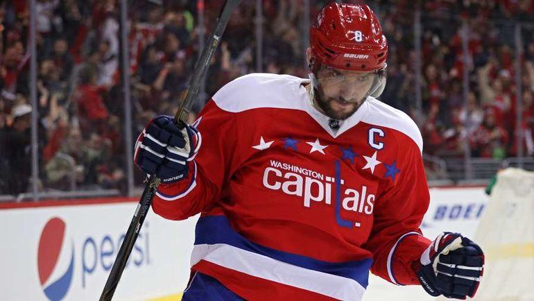Александр ОВЕЧКИН стал одним из героев дня. Жаль, не по хоккейным причинам. Фото AFP