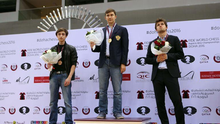 Даниил ДУБОВ, Сергей КАРЯКИН и Магнус КАРЛСЕН (слева направо) на церемонии награждения в Дохе. Фото AFP