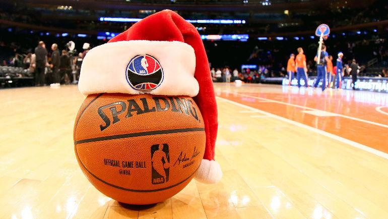 Даже баскетболисты любят находить подарки под елкой.