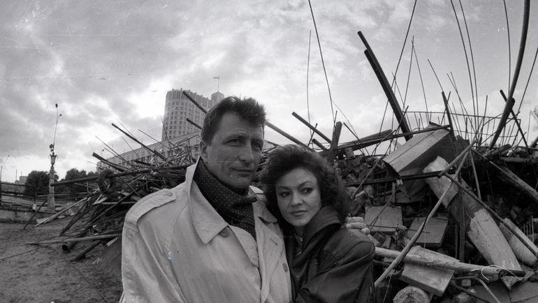Август 1991 года. Александр ЯКУШЕВ с женой Татьяной у Белого дома. Фото Александр ФЕДОРОВ, «СЭ»