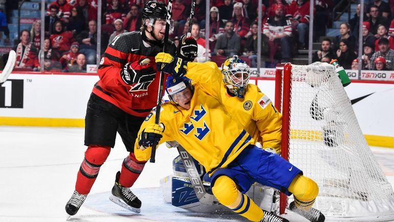 Среда. Монреаль. Швеция - Канада - 2:5. Блэйк СПИРЗ (слева) в борьбе с Габриэлем КАРЛССОНОМ. Фото AFP