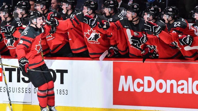 Четверг. Монреаль. США - Канада - 5:4 Б. Тома ШАБО (№5) празднует забитый гол.. Фото AFP