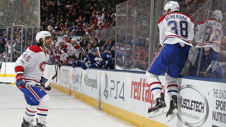 """Суббота. Торонто. """"Торонто"""" - """"Монреаль"""" - 3:5. Никита ЩЕРБАК (справа) празднует свою первую шайбу в НХЛ. Фото AFP"""