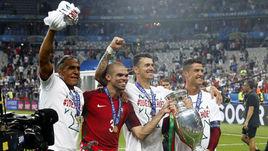 10 июля. Сен-Дени. Бруну АЛВЕШ, ПЕПЕ, Жозе ФОНТИ и КРИШТИАНУ РОНАЛДУ празднуют победу на Euro-2016.