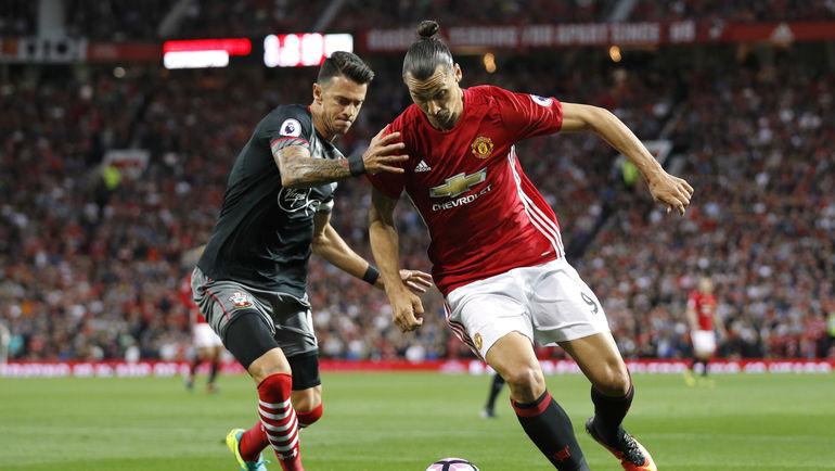 "Капитан ""Саутгемптона"" Жозе ФОНТИ (слева) и форвард ""Манчестер Юнайтед"" Златан ИБРАГИМОВИЧ. Фото REUTERS"