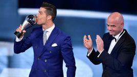 """Сегодня. Цюрих. Нападающий """"Реала"""" и сборной Португалии КРИШТИАНУ РОНАЛДУ принимает награду лучшему игроку года по версии ФИФА от президента организации Джанни ИНФАНТИНО."""