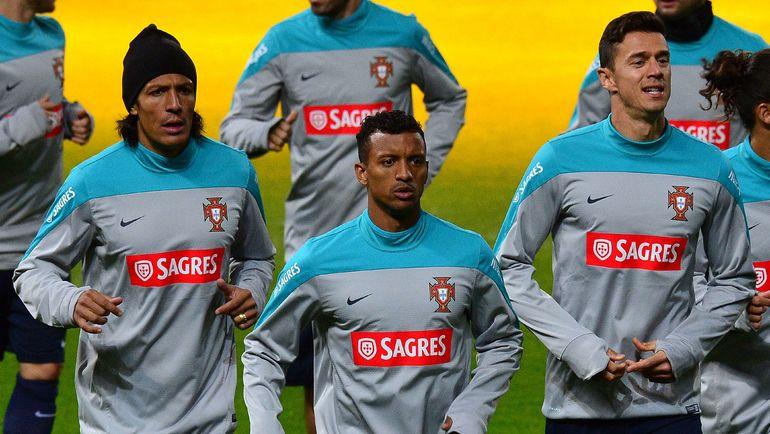 Защитники сборной Португалии БРУНУ АЛВЕШ (слева) и Жозе ФОНТИ (справа). Фото AFP