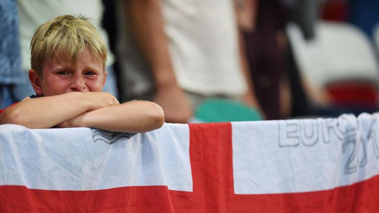 Реакция юного болельщика сборной Англии на поражение от Исландии в 1/8 финала Euro-2016. Фото AFP