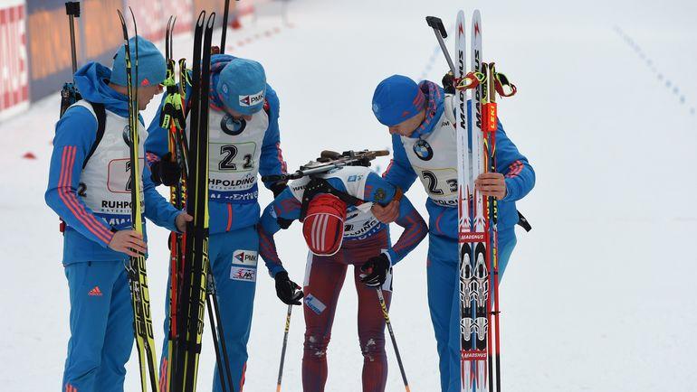 Сегодня. Рупольдинг. Алексей ВОЛКОВ (слева), Антон ШИПУЛИН (второй слева) и Матвей ЕЛИСЕЕВ (справа) поддерживают Антона БИБИКОВА. Фото Reuters