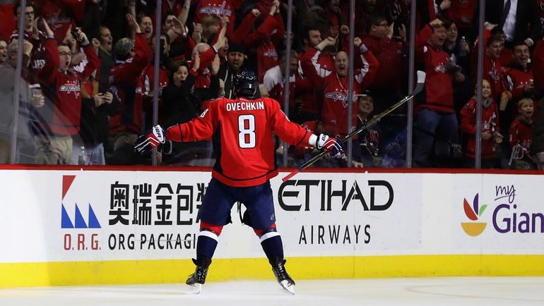 """Среда. Вашингтон. """"Вашингтон"""" - """"Питтсбург"""" - 5:2. Александр ОВЕЧКИН преодолел отметку в 1000 очков в регулярных чемпионатах НХЛ за карьеру. Фото AFP"""