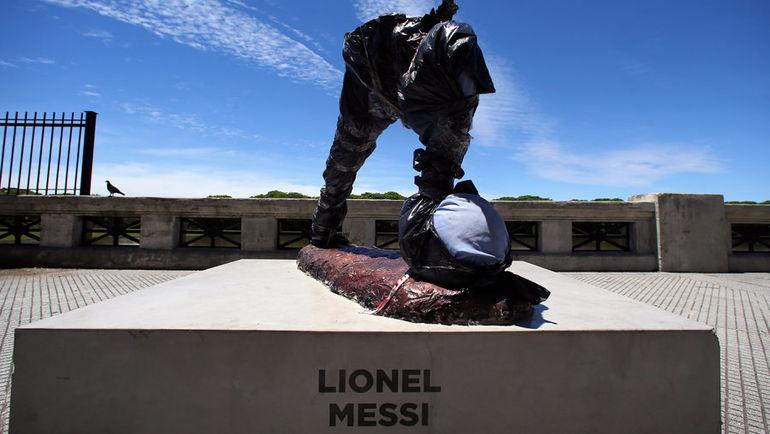 Статуя Лионеля Месси в Буэнос-Айресе, недавно испорченная вандалами. Фото REUTERS
