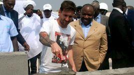 18 июля 2015 года. Порт-Жантиле. Лионель МЕССИ и президент Габона Али БОНГО закладывают стадион Кубка Африки-2017.