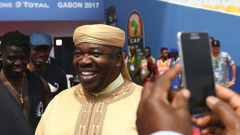 Вчера. Либревиль. Али БОНГО оценивает готовность арены в столице Габона к старту Кубка Африки-2017. Фото AFP